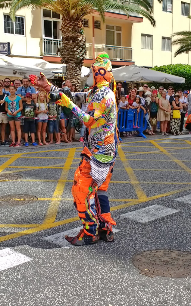 A colourful clown performing at La Mueca